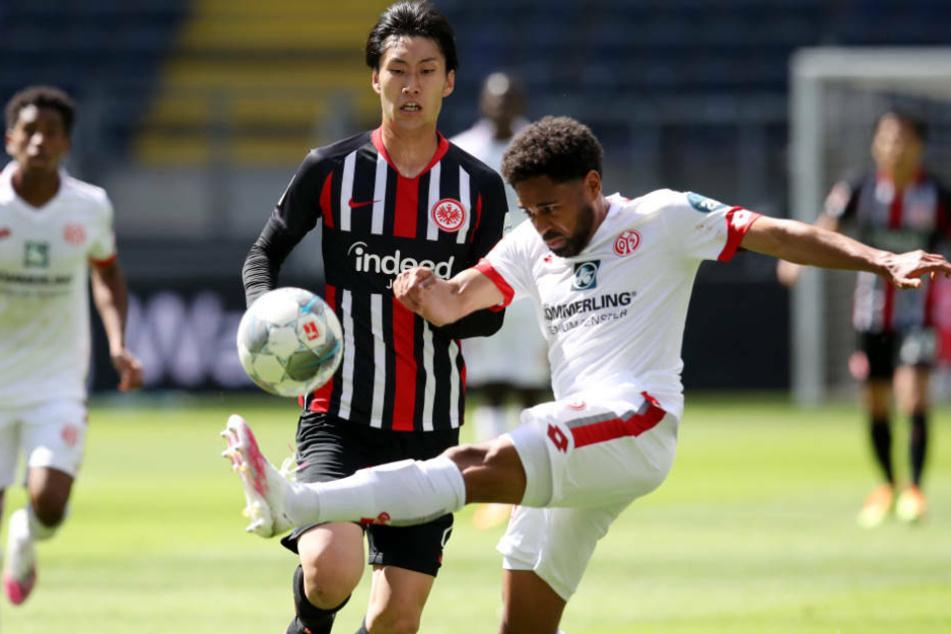 Daichi Kamada im Zweikampf gegen Leandro Barreiro Martins: Auch der Japaner konnte die Offensive der Frankfurter nicht wirklich beleben.