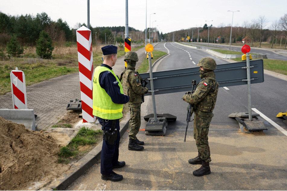 Soldaten der 12. Mechanisierten Brigade sperren in Lubieszyn mit Hilfe der Polizei die Straße nach Deutschland.