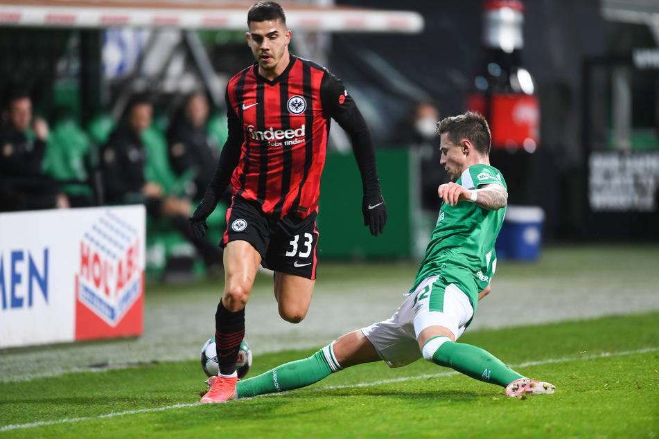 Bremens Marco Friedl (r.) im Zweikampf mit Eintracht Frankfurts André Silva.