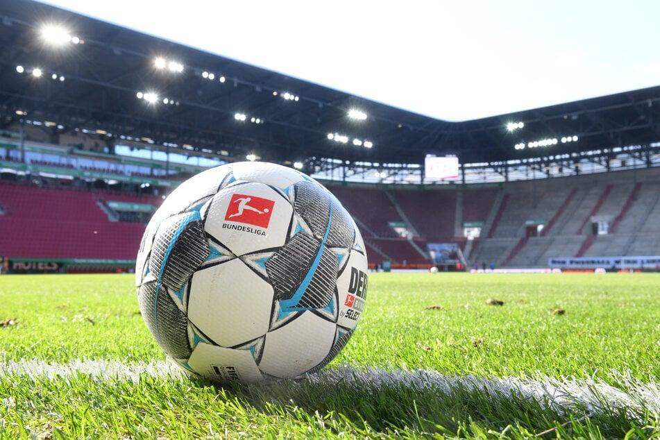 Ein Fußball liegt auf dem Rasen in der WWK-Arena in Augsburg.