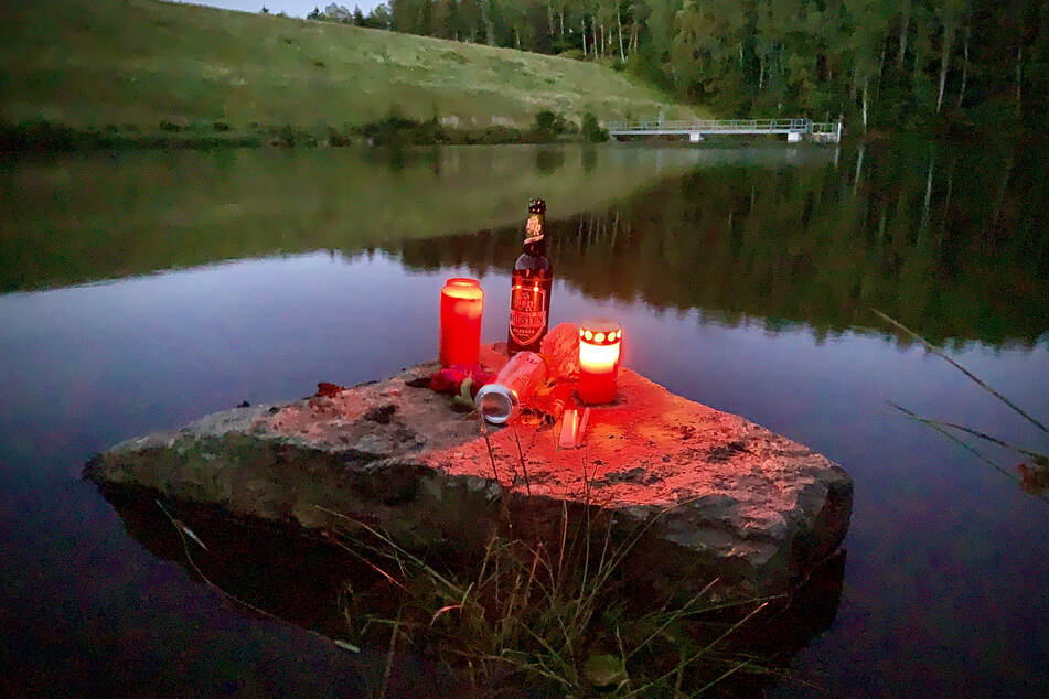 Freunde des Ertrunkenen stellten Kerzen auf.