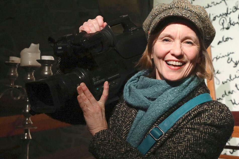 Schauspielerin Josephine Hoppe gratuliert Köfer mit einem Gedicht aus Hoppes Hoftheater.