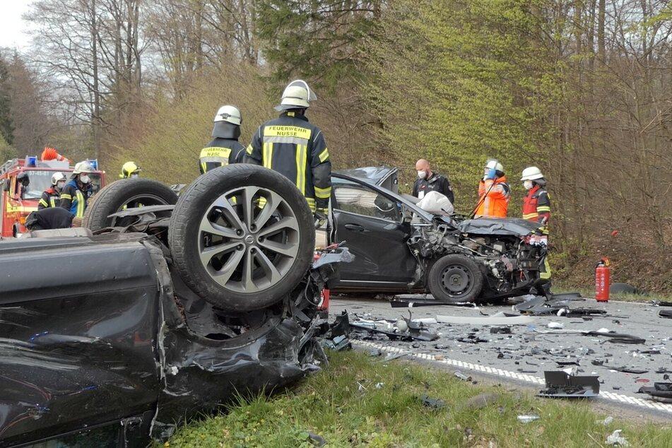 Unfall-Drama auf Landstraße: Autos krachen ineinander, ein Mensch stirbt