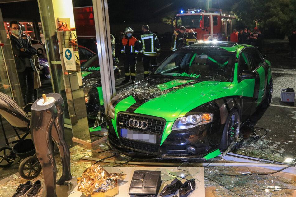 Horror-Unfall: Audi-Tuner erfasst 21-Jährige und rammt sie durch ein Schaufenster