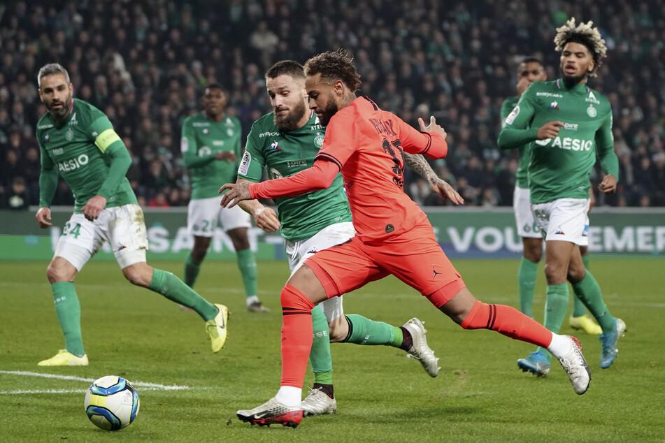 Fünf Angestellte (davon drei Spieler) von St. Étienne (hier in grün) sollen Corona-positiv getestet worden sein.