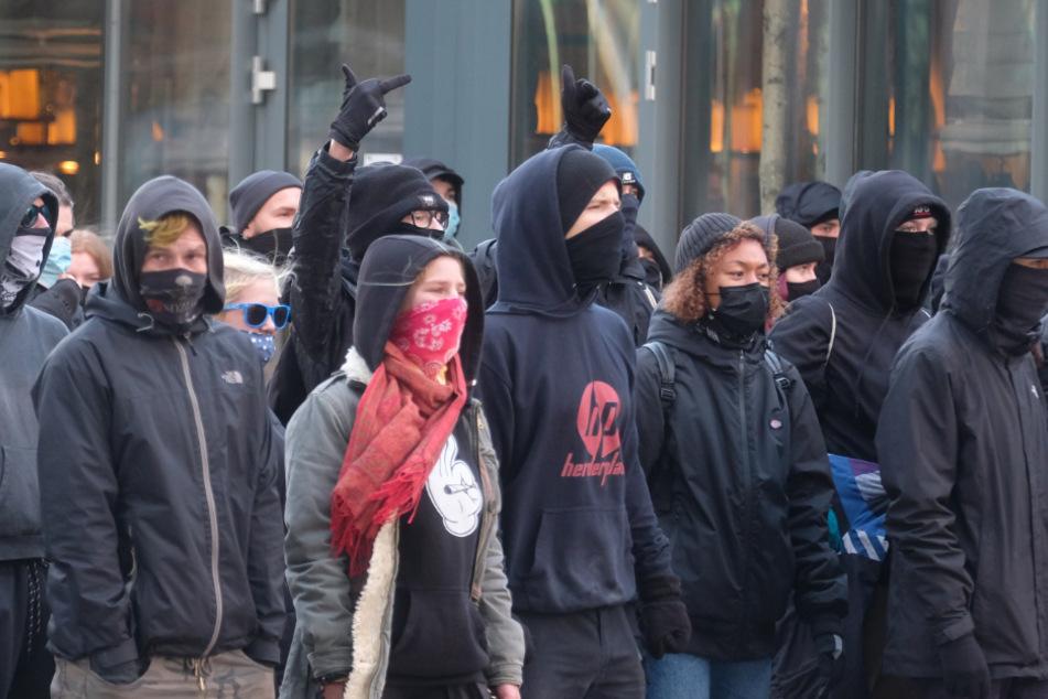 Leipzig: Teilnehmer einer linken Demonstration stehen auf dem Kurt Masur-Platz. Mehrere Hundert Menschen protestieren gegen eine geplante Kundgebung von Kritikern der Corona-Politik der Bundesregierung.