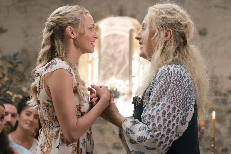 Amanda Seyfried (l) und Meryl Streep in der Fortsetzung: Mamma Mia! Here we go again.