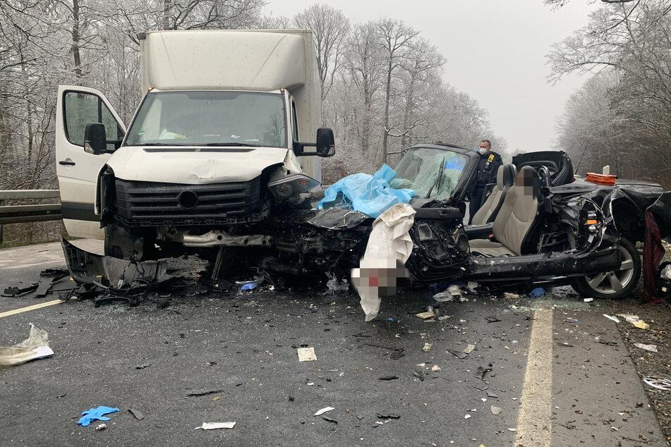 Schrecklicher Unfall auf Bundesstraße: Mazda nach Crash mit Kleinlaster vollkommen zerstört