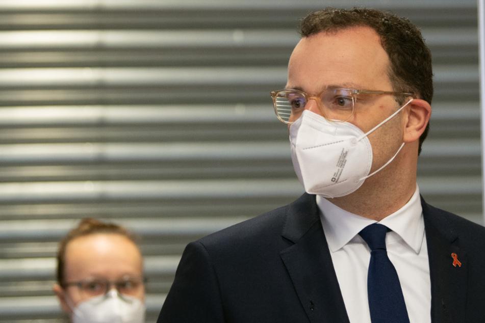 Jens Spahn (CDU), Bundesgesundheitsminister, steht vor einem Check in-Stand im Impfzentrum im Stadion in Düsseldorf.
