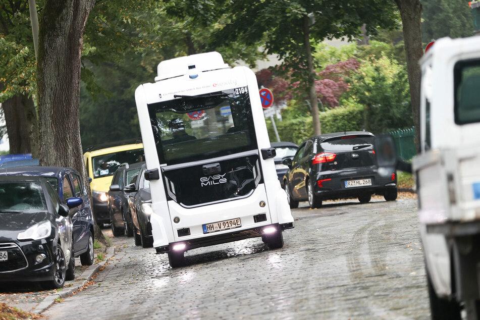 """Der autonom fahrende Bus """"emoin"""" ist im Villenviertel in Hamburg-Bergedorf unterwegs."""