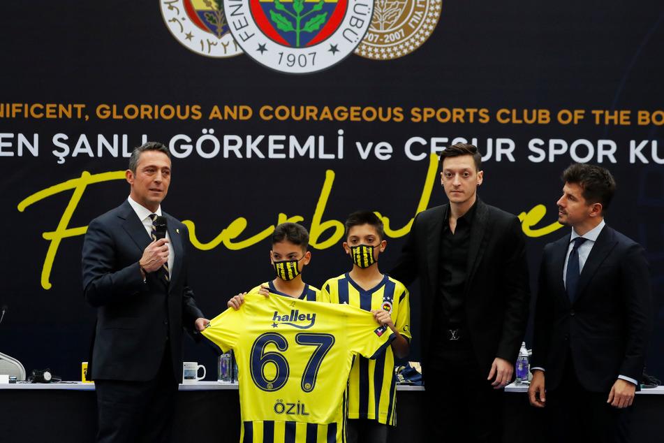 Ali Koc (54, l.) holte im Winter bereits Mesut Özil (32, 2.v.r.) zu Fenerbahce. Folgt im Sommer Joachim Löw (60)?