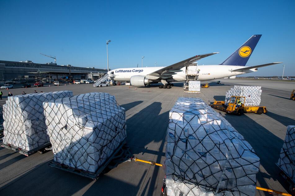 Coronavirus: Frachtflugzeug mit acht Millionen Schutzmasken gelandet