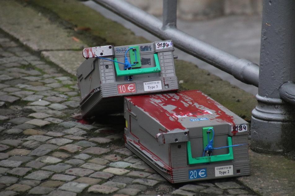Vor der Filiale ließen die Täter diese beiden Geldkassetten zurück.