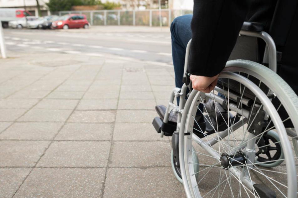 Betrunkene machen mit geklautem Rollstuhl Spritz-Tour über Bundesstraße