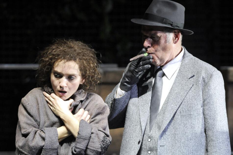 """Olivia Gräser als Momo und Peter Maertens als erster grauer Herr spielen während einer Fotoprobe zu dem Stück """"Momo"""" im Thalia Theater."""