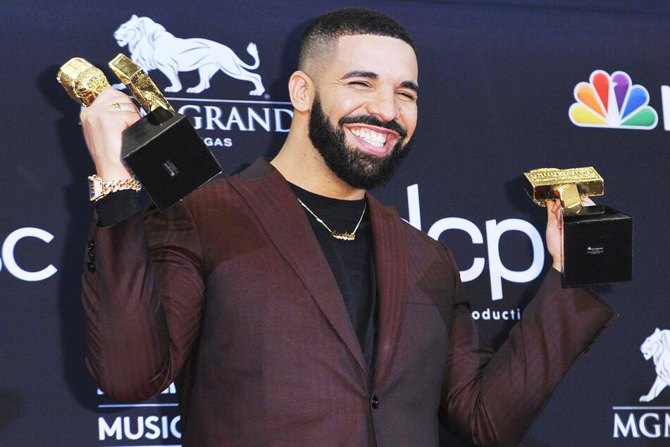 Der kanadische R&B-Star Drake (33) posiert bei den Billboard Music Awards 2019 mit zwei von seinen zwölf Auszeichnungen.