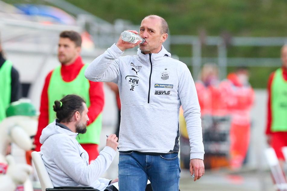 Flasche halbleer oder halbvoll? FSV-Coach Joe Enochs (49) hat mahnende Worte für seine Truppe.