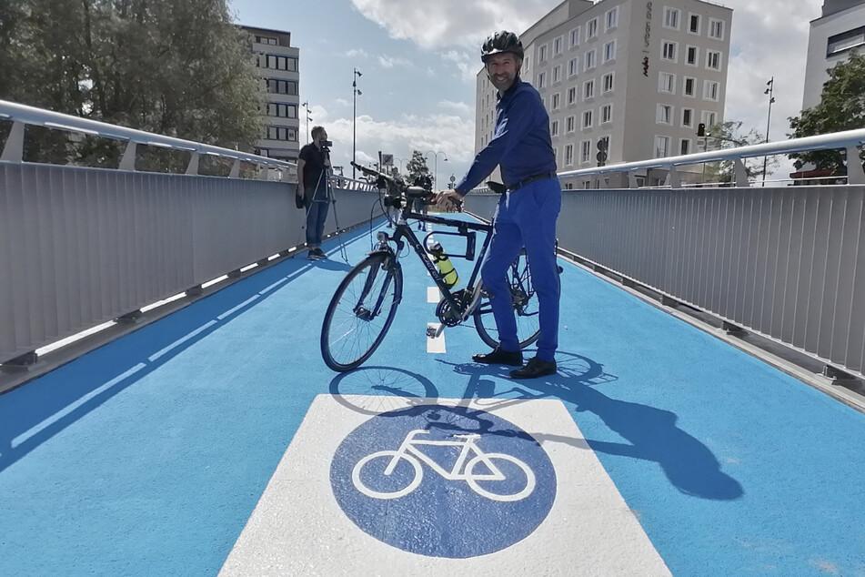 Oberbürgermeister von Tübingen Boris Palmer (48) auf der neuen Fahrradbrücke.