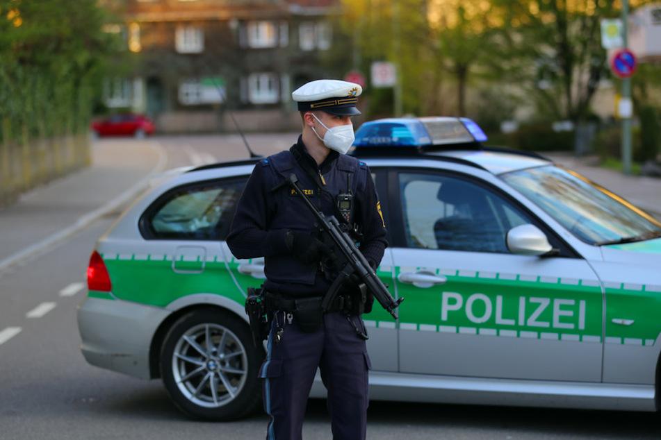 Ein Polizist steht nahe des Impfzentrums in Memmingen.