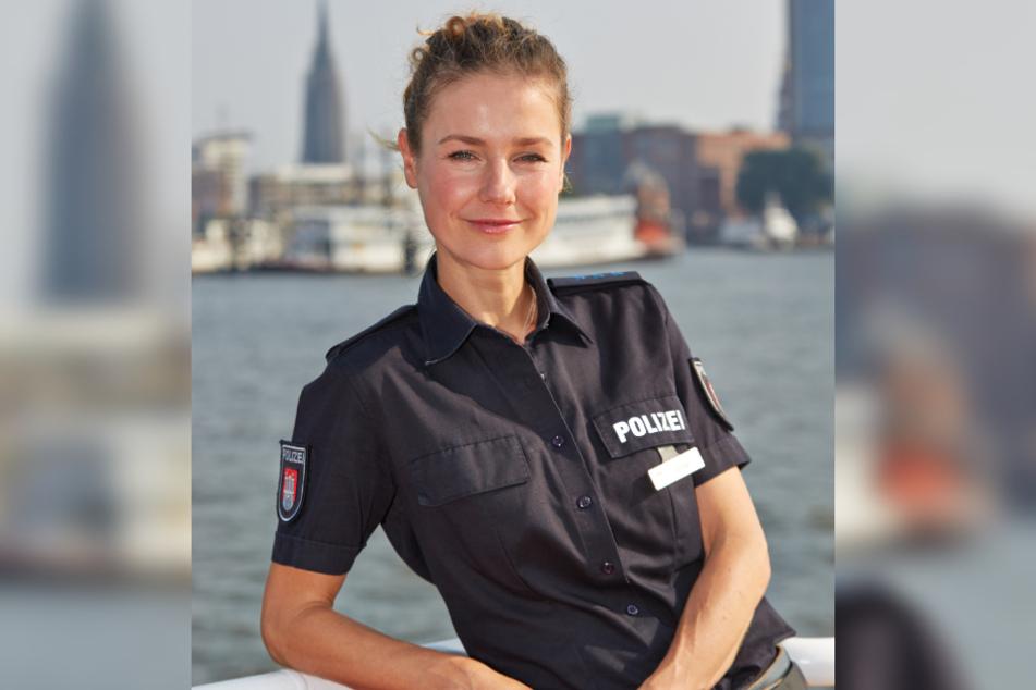 Die Schauspielerin Rhea Harder posiert als Franzi Jung auf einer Barkasse in Hamburg.