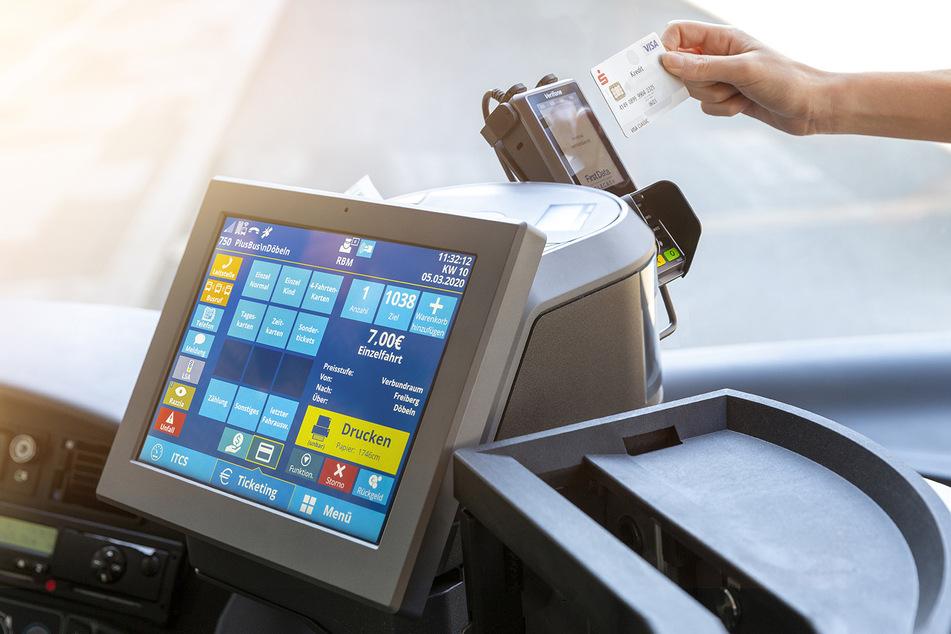 Bei einigen VMS-Unternehmen kann schon jetzt mit Karte bezahlt werden. Die Busfahrer nehmen aber weiterhin Bargeld entgegen.