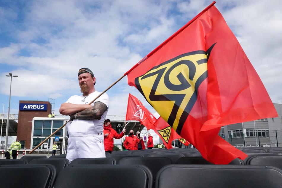 Bundesweiter Protest: IG Metall stellt Airbus 2000 Stühle vor die Tür