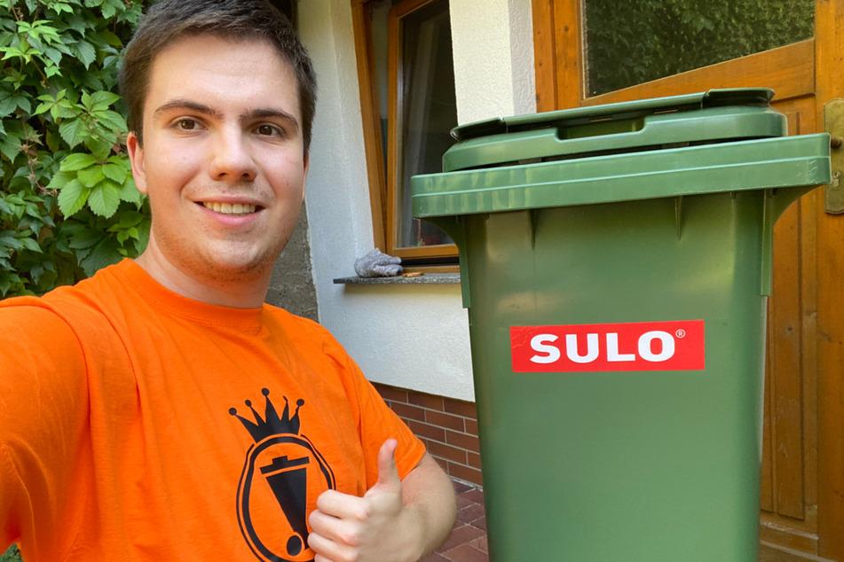 Was lange währt, wird endlich gut: Alexander und seine neue 140 Liter-Mülltonne.