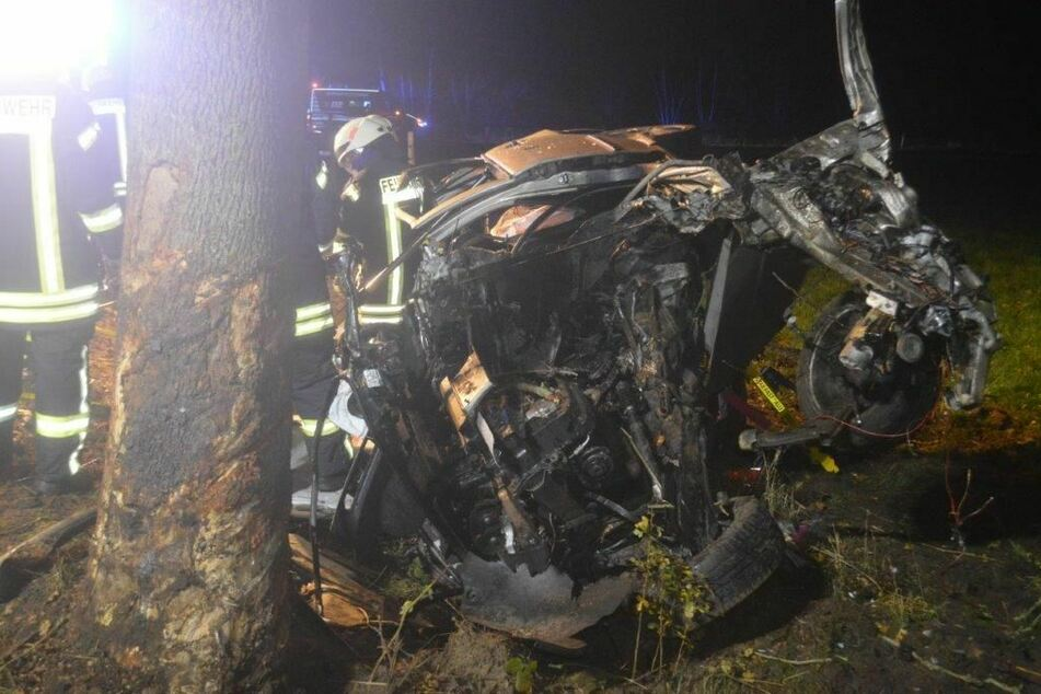 Horror-Crash! Auto schleudert gegen Baum: Fahrer ist sofort tot