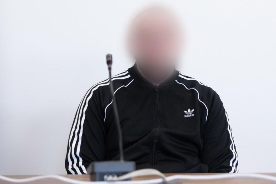 Der Angeklagte sitzt in einem Gerichtssaal des Kölner Landgerichts. (Archivbild)