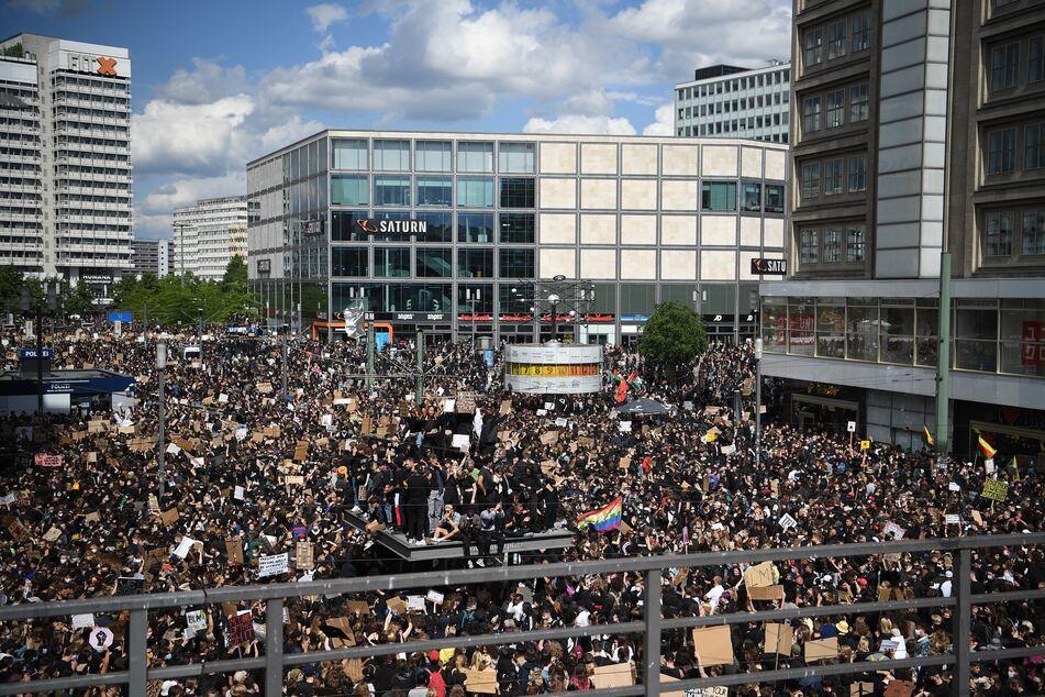 Teilnehmer einer Kundgebung protestierten auf dem Alexanderplatz gegen Rassismus und Polizeigewalt.