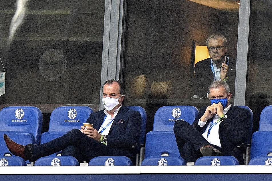 Schwere Zeiten. Schalke-Boss Tönnies (l), der momentan auch wegen des Corona-Skadals in Gütersloh stark unter Druck steht, neben Aufsichtsrat Jens Buchta (r). In der Loge Peter Peters.