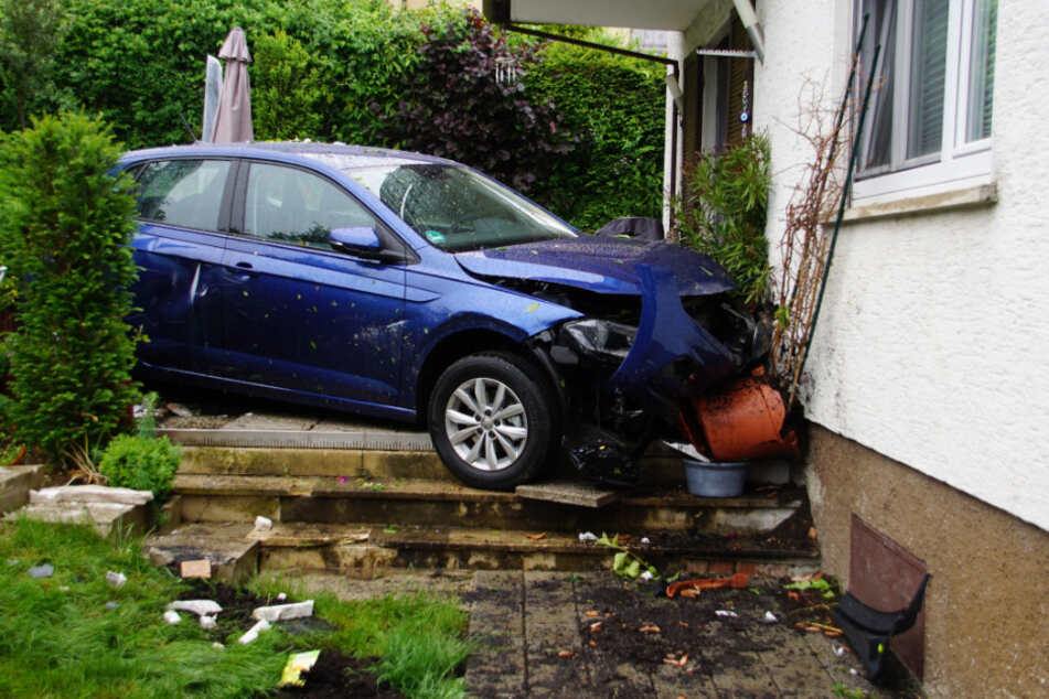 Auto schanzt durch Garten und prallt gegen Hauswand