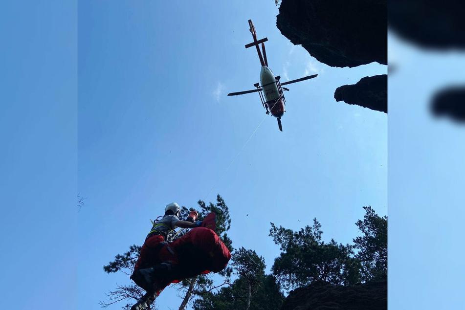 Ein Hubschrauber transportierte das Skelett ab.