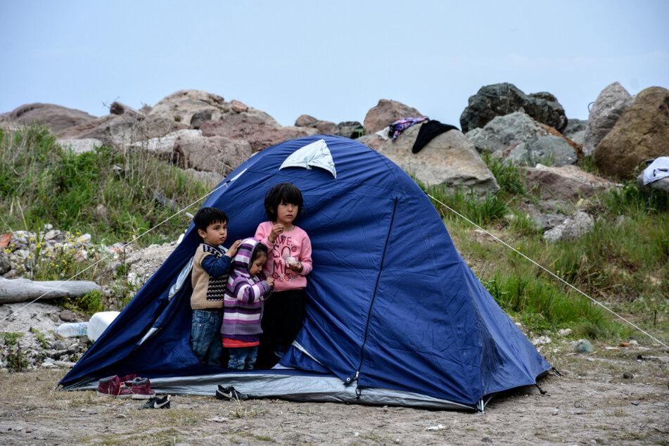 Kinder stehen vor einem Zelt im Dorf Petra auf der nordöstlichen Ägäisinsel Lesbos. (Archivbild)