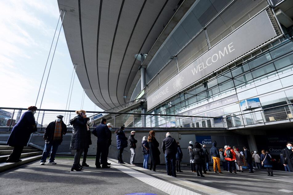 Warteschlange vor dem Stade de France in Saint-Denis: Seit April können sich die Menschen im größten Fußballstadion Frankreichs gegen Corona impfen lassen.