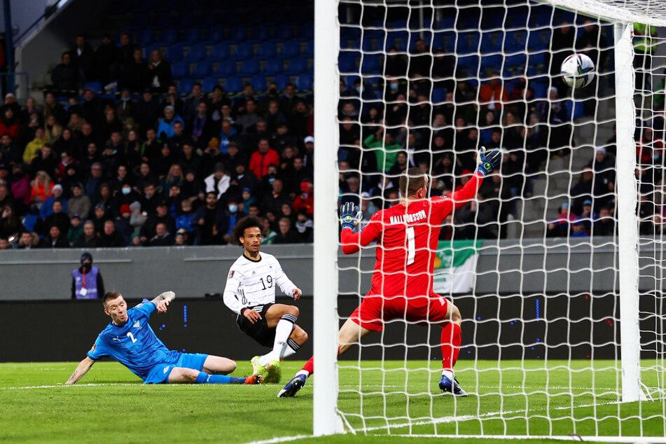 Knaller! Leroy Sane (M.) jagt den Ball aus wenigen Metern zum 3:0 für Deutschland unter die Latte.
