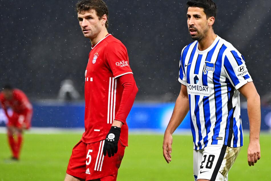 Bayerns Thomas Müller (31, l.) ist Sami Khedira (33) bei seinem Bundesliga-Comeback hautnah dran.