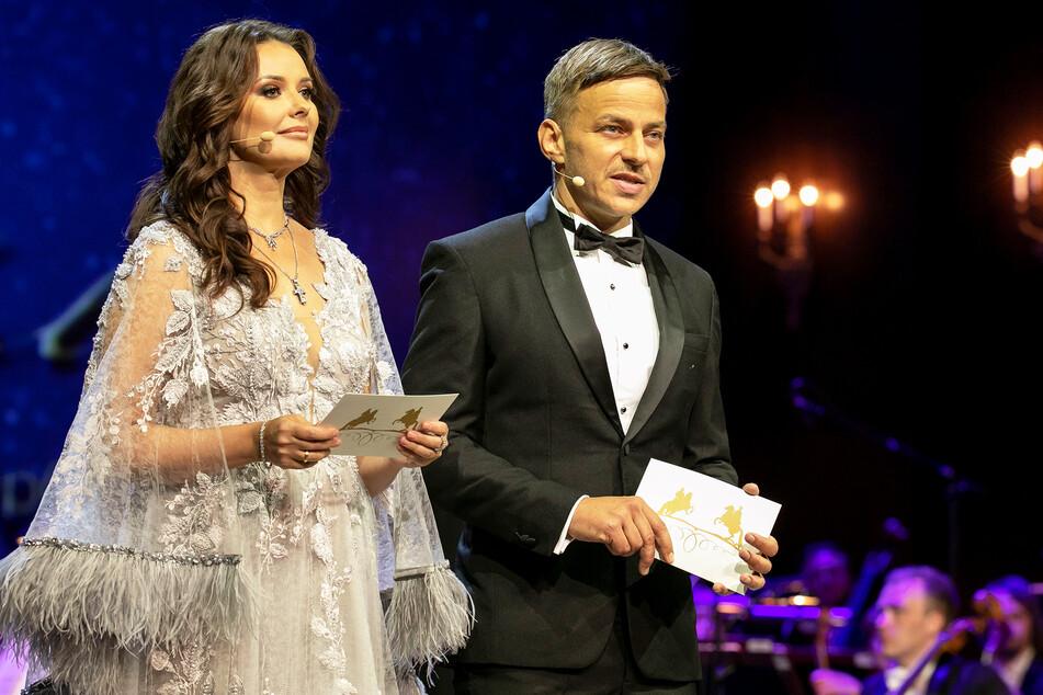 Tom Wlaschiha (48) und die russische TV-Moderatorin Oxana Fedorova (43) führen durchs Programm.