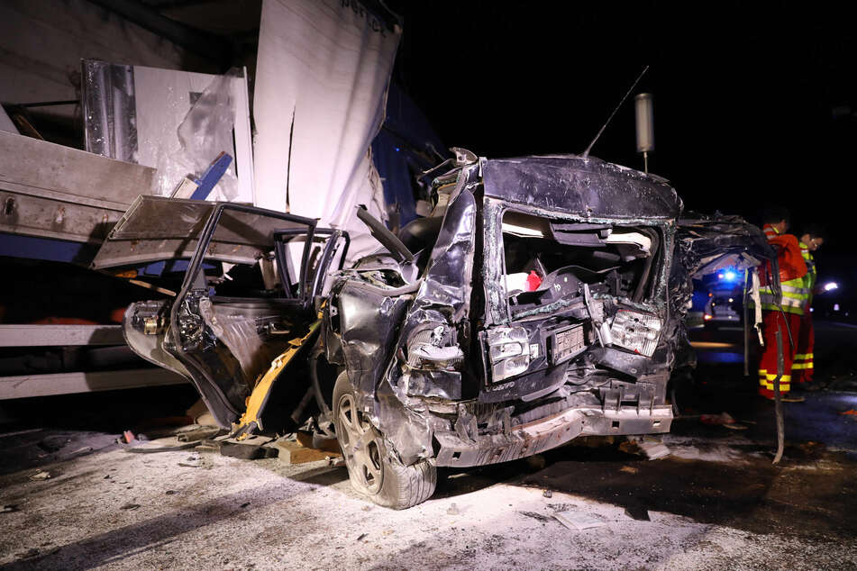 Der Volvo wurde durch den Aufprall komplett zerstört.