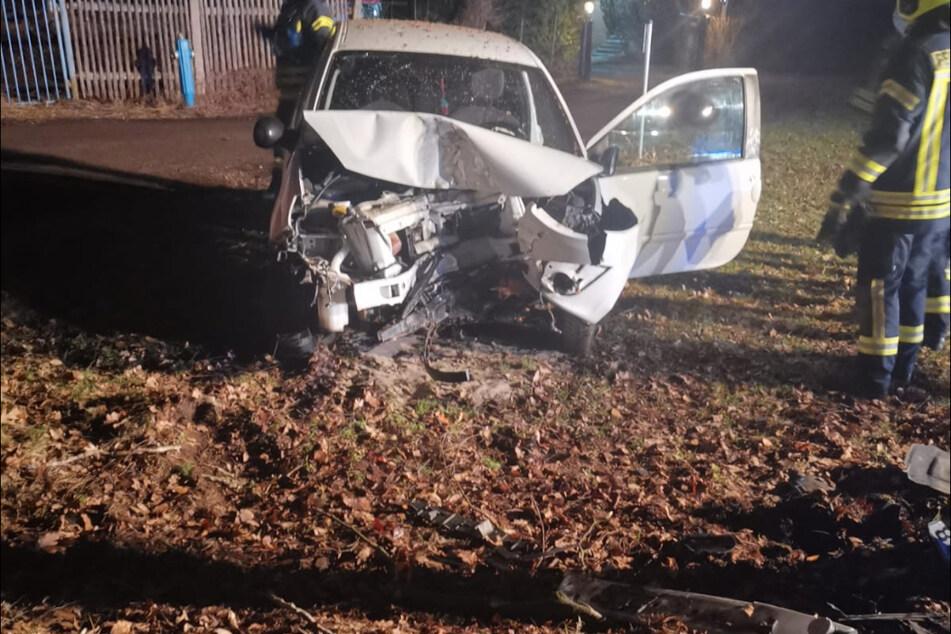 Der Renault steht nach dem Unfall völlig demoliert auf einer Wiese.