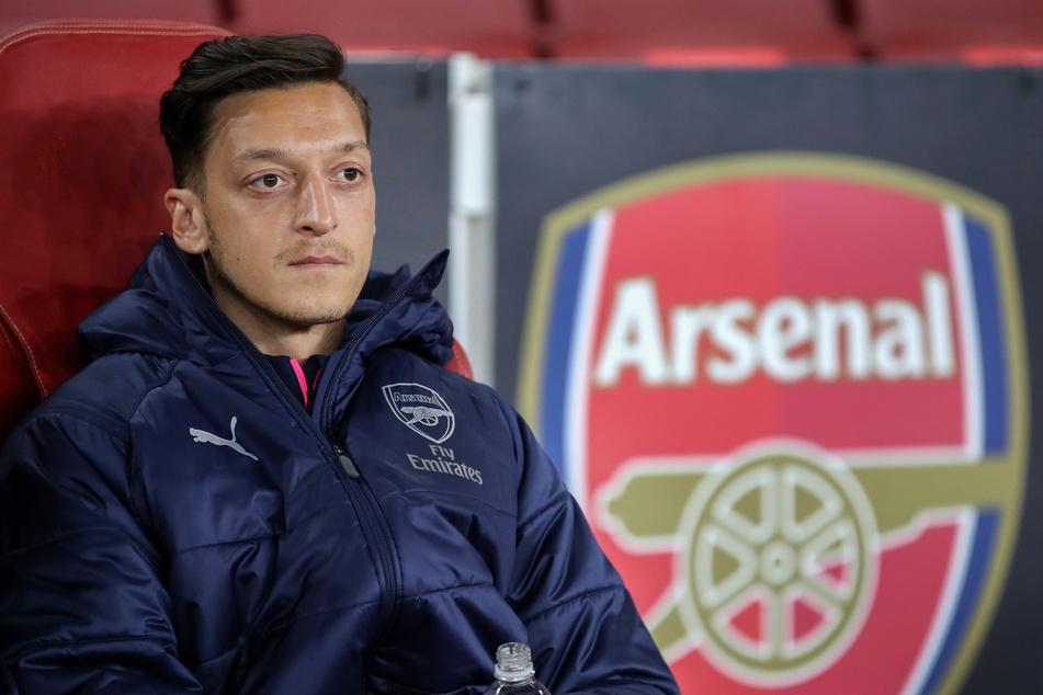 Mesut Özil (32) könnte sich schon bald aus England verabschieden und in der türkischen SüperLig aufdribbeln.