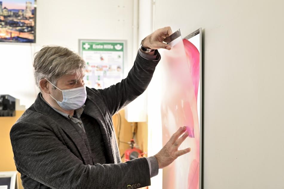 Firmenchef Wolfram Junge (63) hat sich auf leuchtende Bilder, Lampen und Paneele spezialisiert.