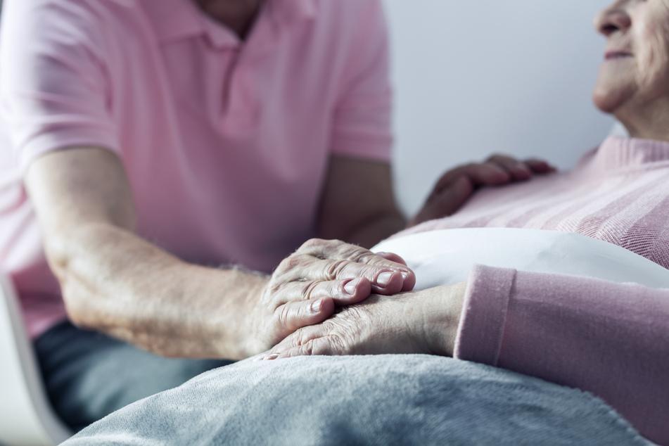 In Mund und in den Kopf geschossen: Wollte Senior (80) seine demenzkranke Frau töten?