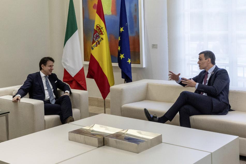 Giuseppe Conte (55, l), Ministerpräsident von Italien, und Pedro Sanchez (48), Ministerpräsident von Spanien, sprechen im Moncloa-Palast in Madrid.