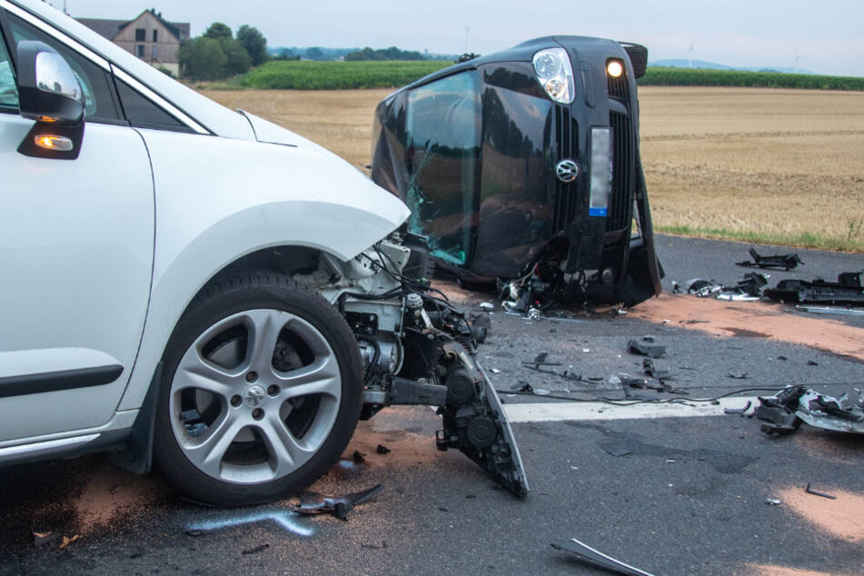 Nach dem Aufprall blieb der VW Golf auf der Seite liegen.