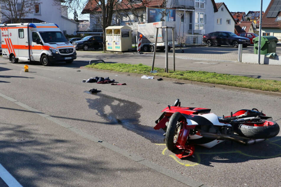 Motorradfahrer kracht gegen Baum, dann macht die Polizei Augen