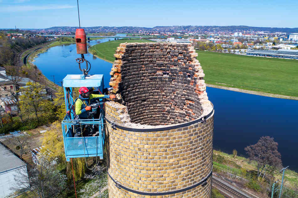 Ziegel für Ziegel wird der ehemalige Brauerei-Schornstein abgetragen.