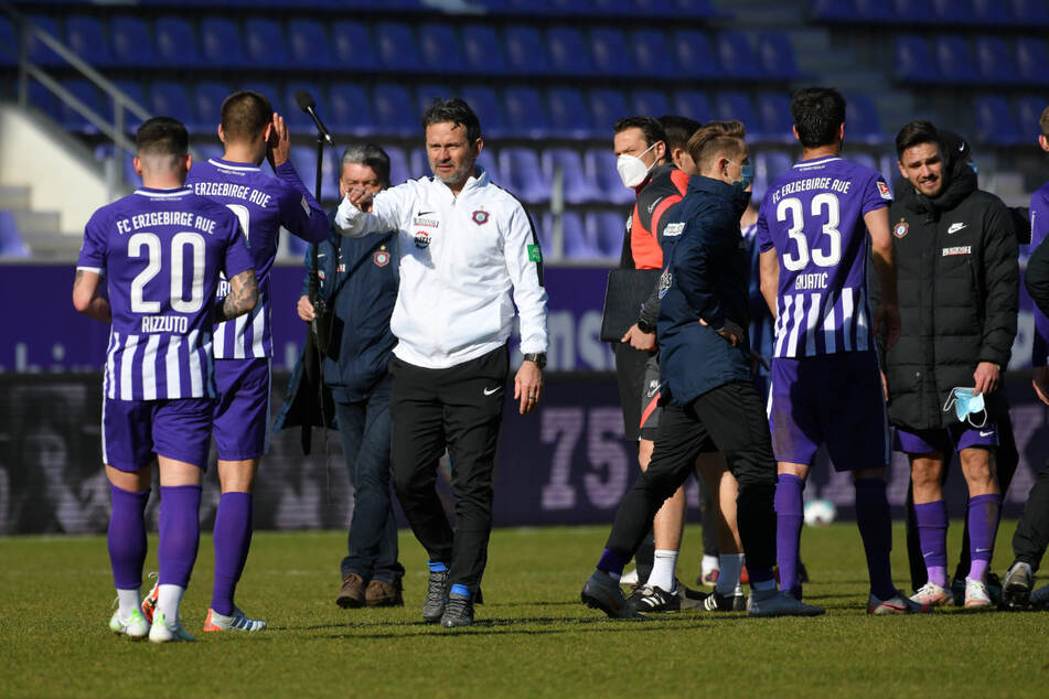 FCE-Coach Dirk Schuster (53, 4.v.l.) konnte angesichts der Umstände mit dem 1:1 gegen Hannover gut leben.