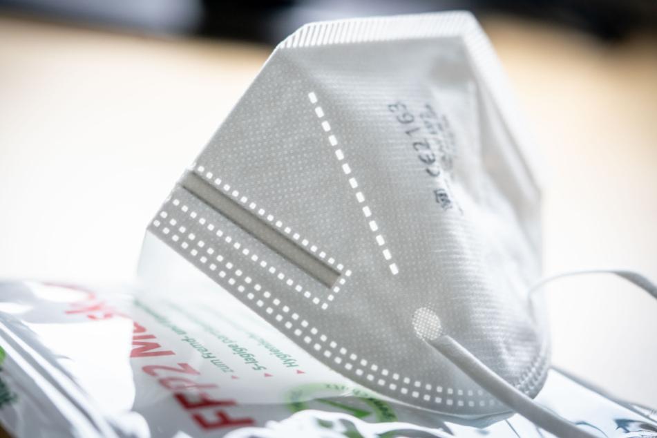 Die FFP2-Maske wird bald der Begleiter vieler Bundesbürger. Alternativ dürfen nur noch OP-Masken in Öffentlichen Verkehrsmitteln und beim Einkaufen verwendet werden.