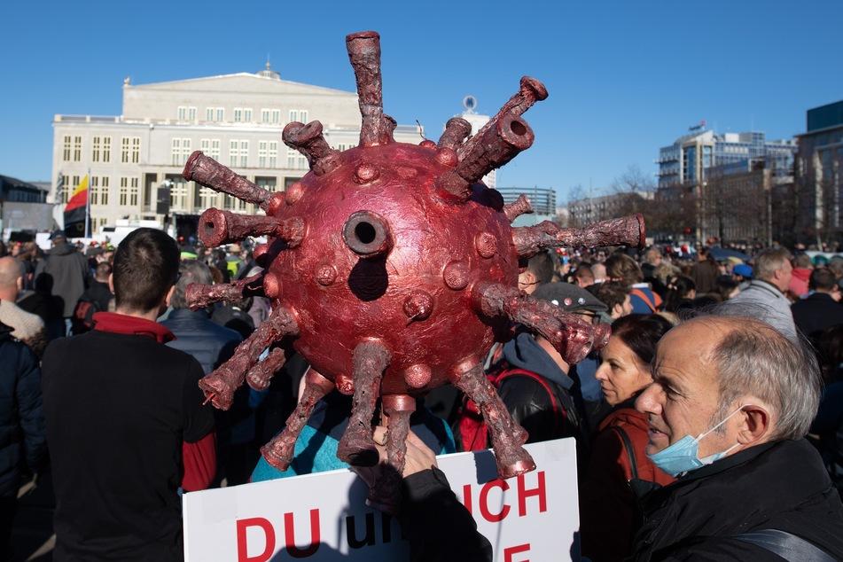Tausende Menschen fanden sich Anfang November in Leipzig zusammen, um gegen die Corona-Maßnahmen zu demonstrieren. Friedlich blieb es dabei nicht.